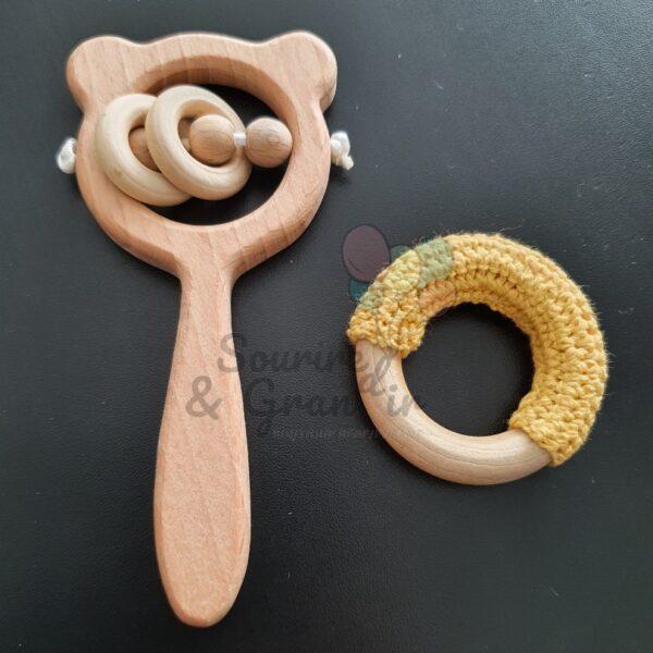 Lot de deux hochets en bois naturel et coton, 3 coloris